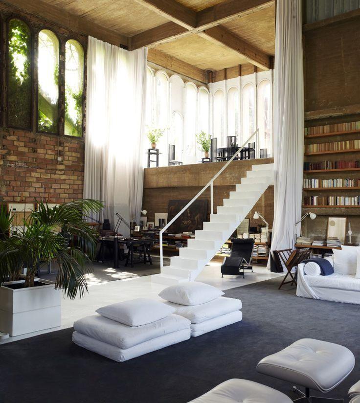 Высокие потолки позволяют без ущерба для общей композиции оформить второй этаж