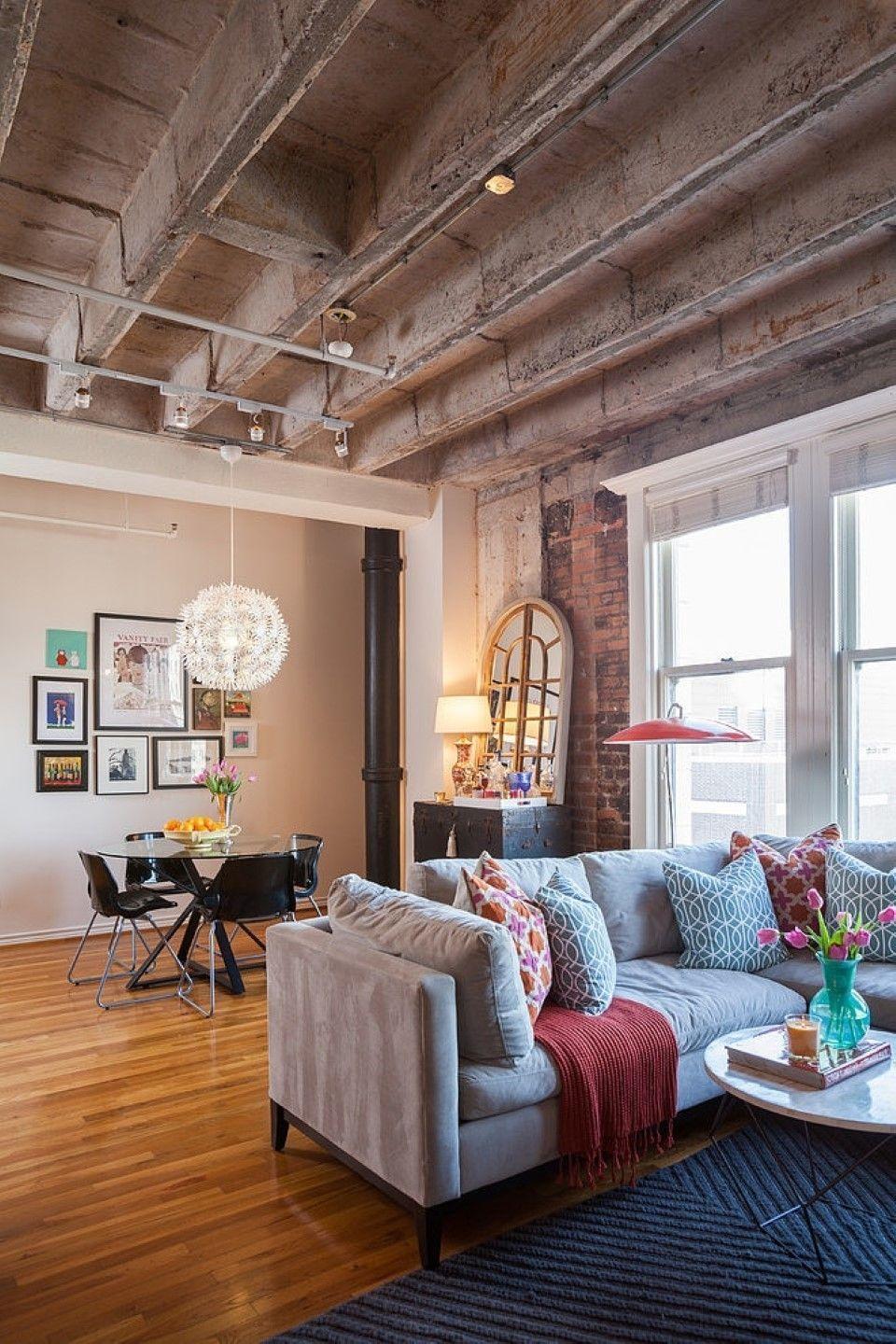 Бетонный потолок со сваями и кирпичная стена в квартире в стиле лофт