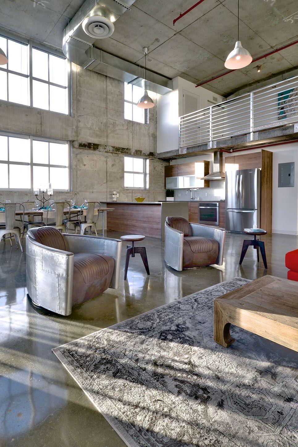 Большие фабричные помещения стали прекрасным местом для обустройства как художественных мастерских, так и жилья