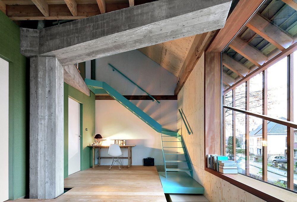 Отличное сочетание голых бетонных перекрытий, дерева и бирюзовой металлической лестницы