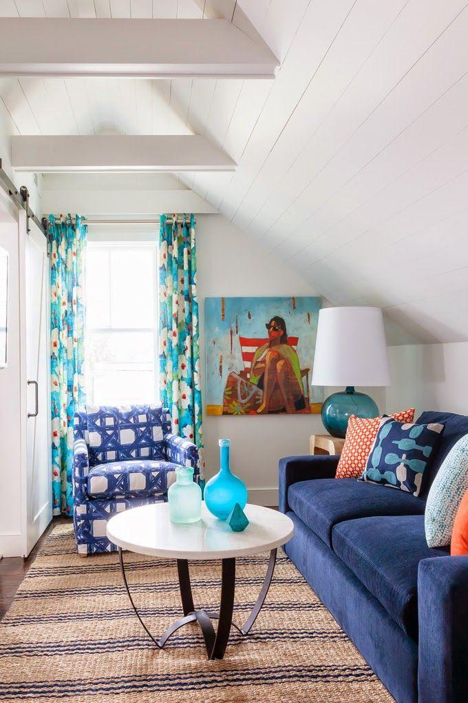 Синий диван с механизмом американская раскладушка с разноцветными диванными подушками