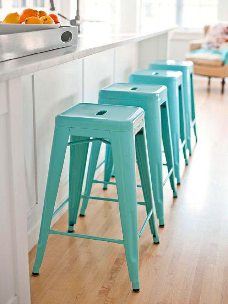 Металлические барные стулья голубого цвета