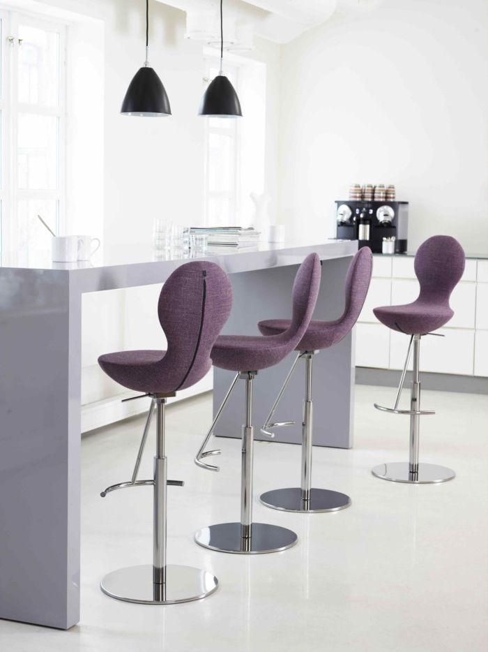 Барные стулья со спинкой и сиденьем, обтянутыми фиолетовой тканью