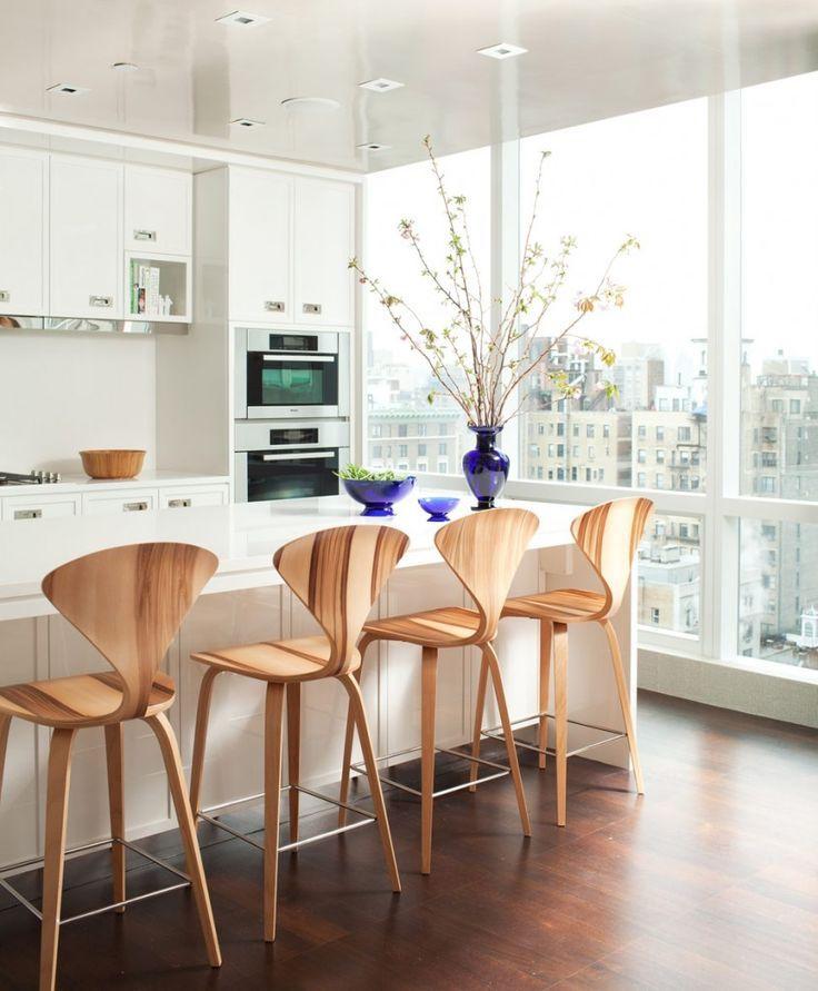 Деревянные барные стулья с натуральным древесным рисунком