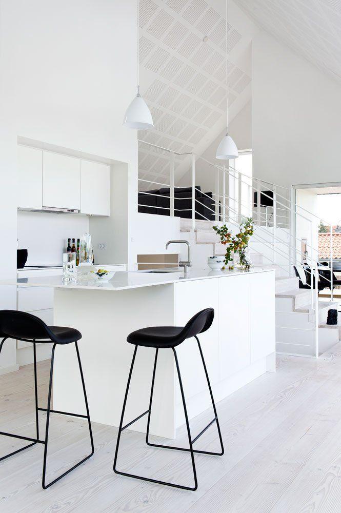 Черные барные стулья в кухне белого цвета