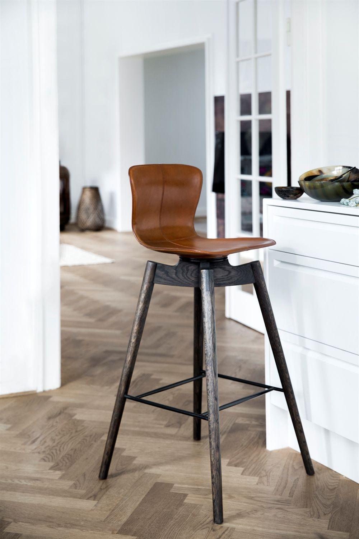 Деревянный барный стул с небольшим сиденьем