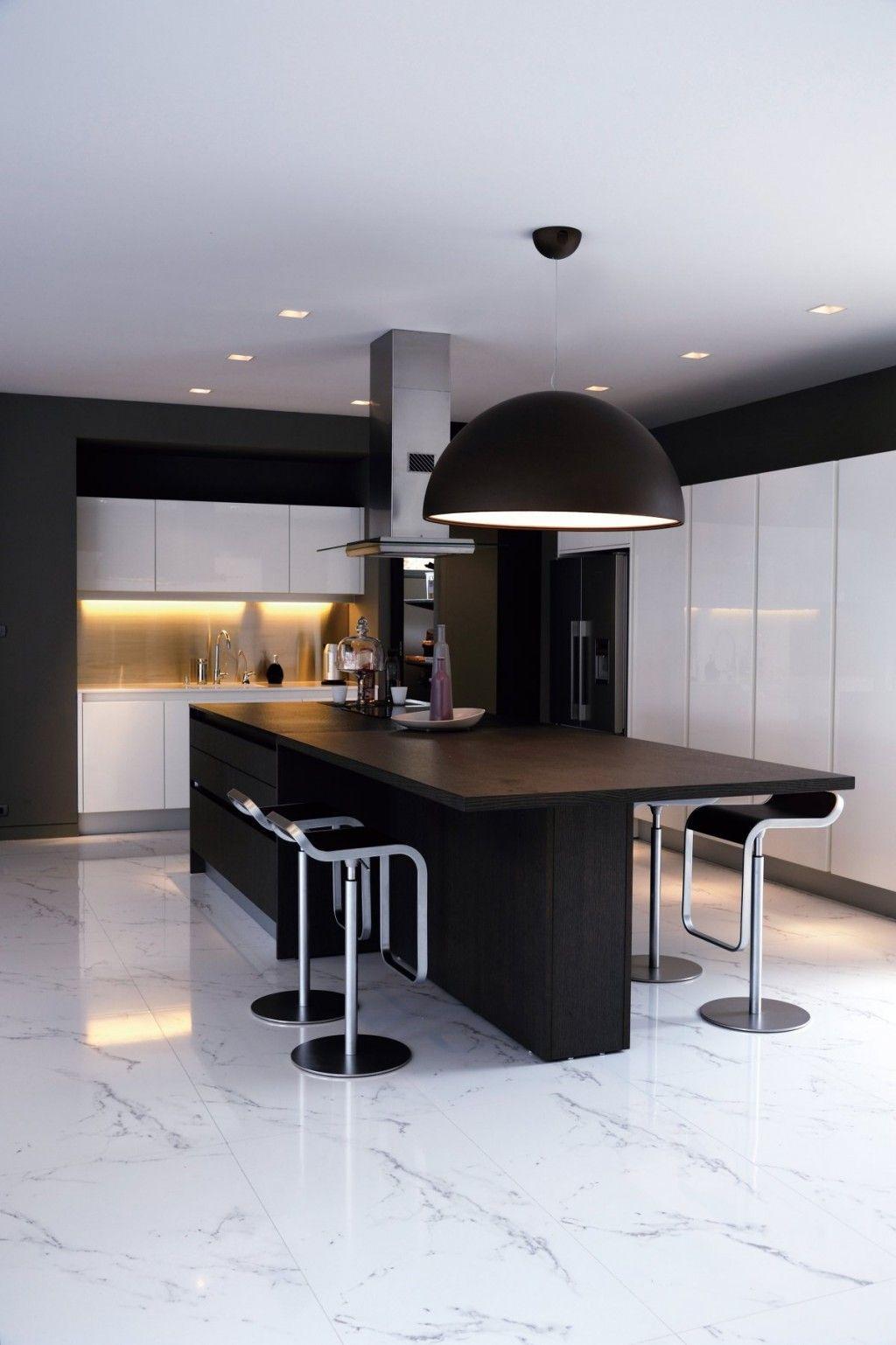 Барные стулья в минималистской кухне