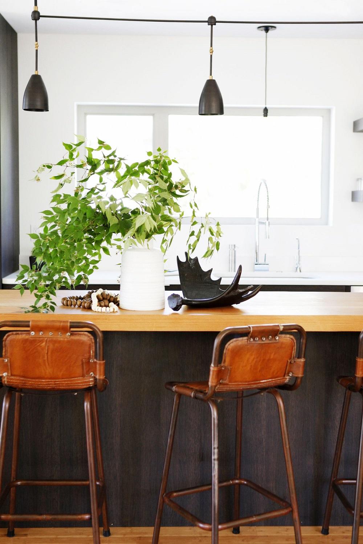 Металлические барные стулья с кожаными спинкой и сиденьем