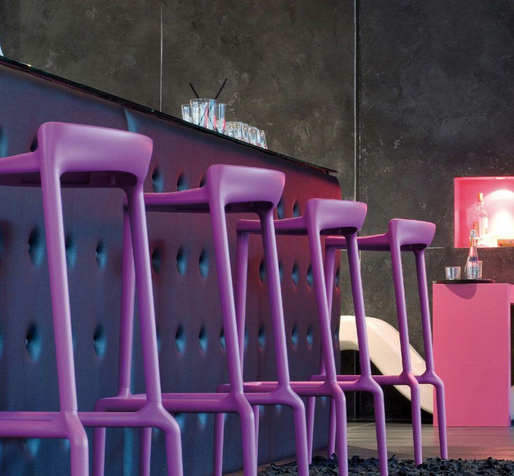 Фиолетовые пластиковые барные стулья