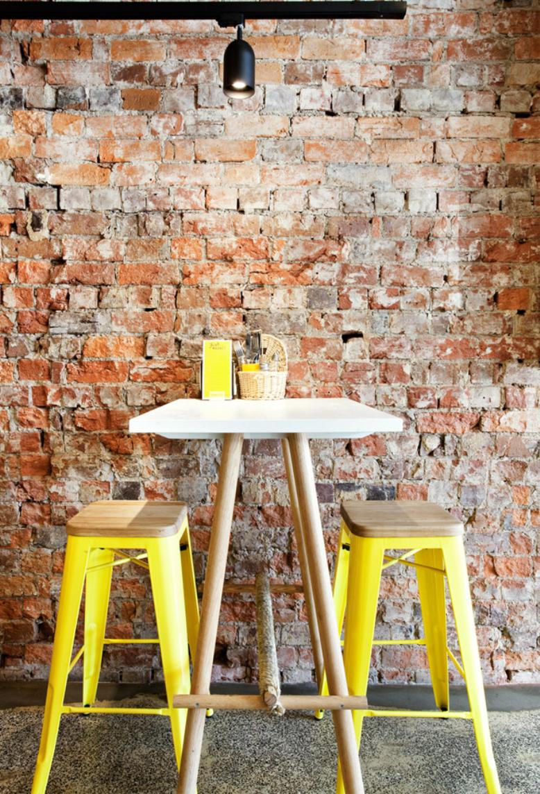 Желтые барные стулья с деревянными сидеями