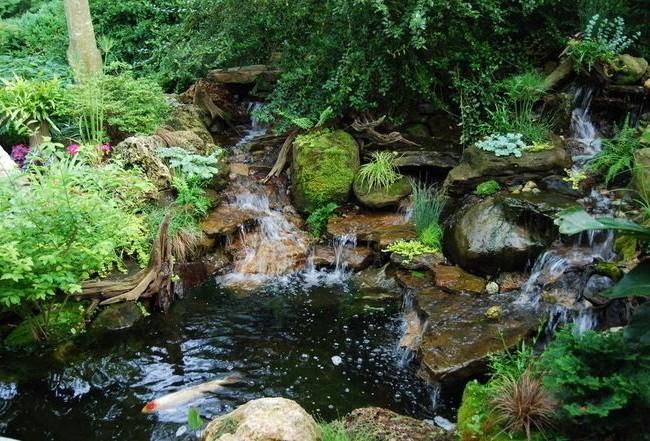 Сложный водопад из множества камней