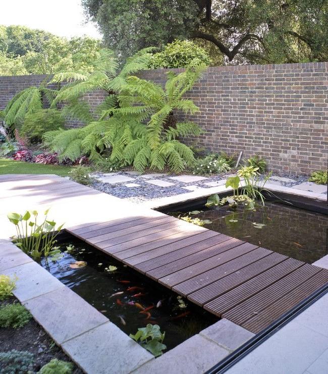 Прямоугольный искусственный пруд с деревянным мостиком