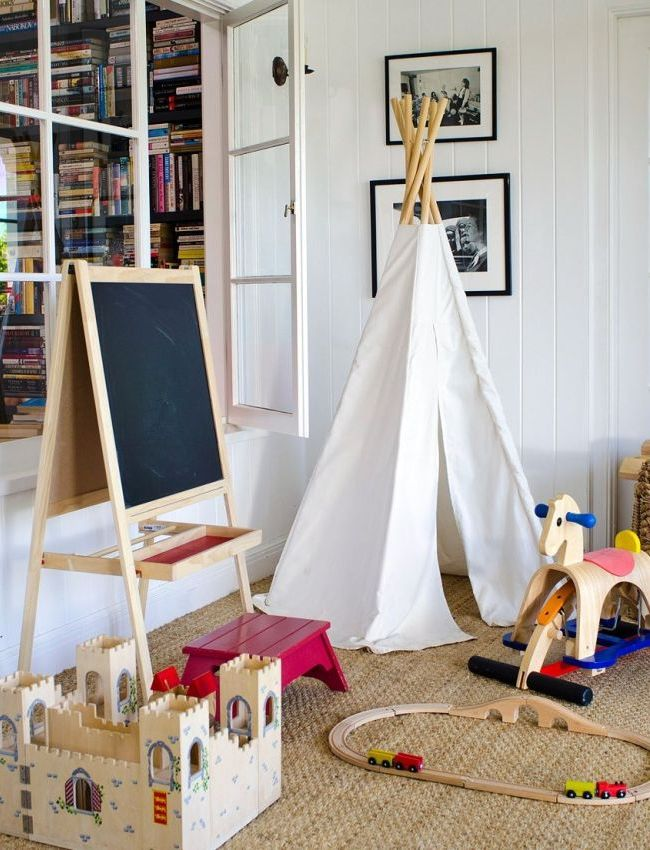 За неимением отдельной комнаты, можно обустроить для ребенка комфортную игровую зону