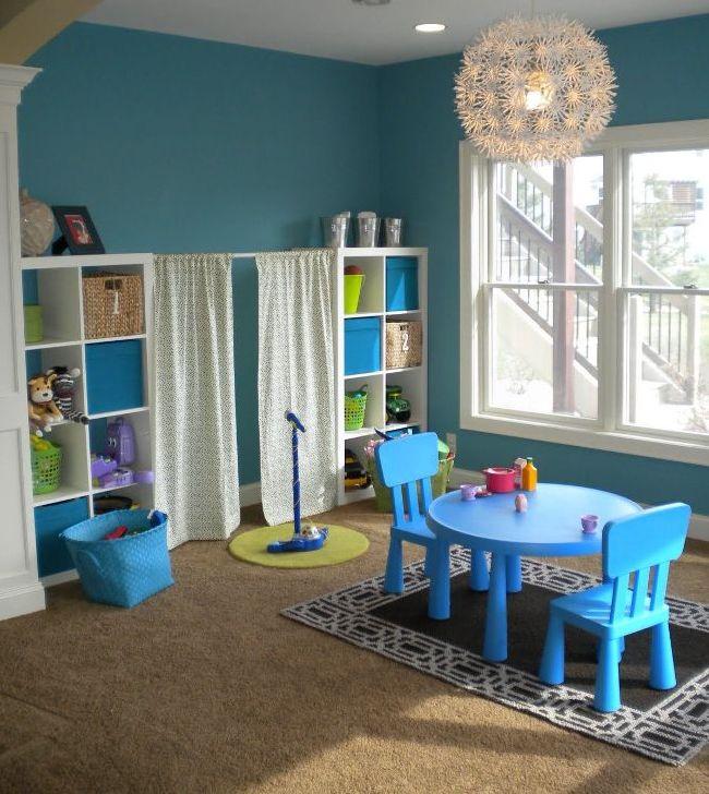 Игровая комната со стилизованной сценой для пения