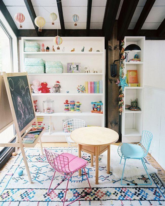 Не лишним будет расположить в игровой комнате стол со стульчиками - для рисования и лепки