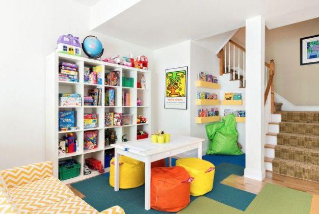 Даже при белых стенах яркие игрушки создадут в комнате радужное настроение