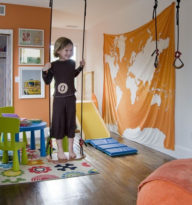 Прекрасно, если в игровой зоне будут размещены горки, лестницы, качели и другие атрибуты для физического развития ребенка