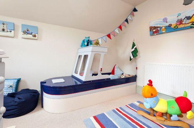Игровая детская комната оформлена в морском стиле - красиво и элегантно