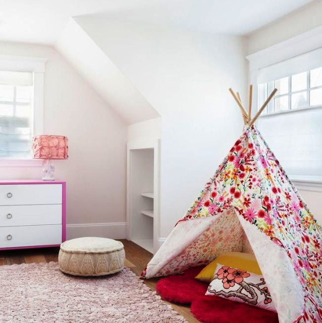 Игровая комната для девочки оформлена в лаконичном современном стиле