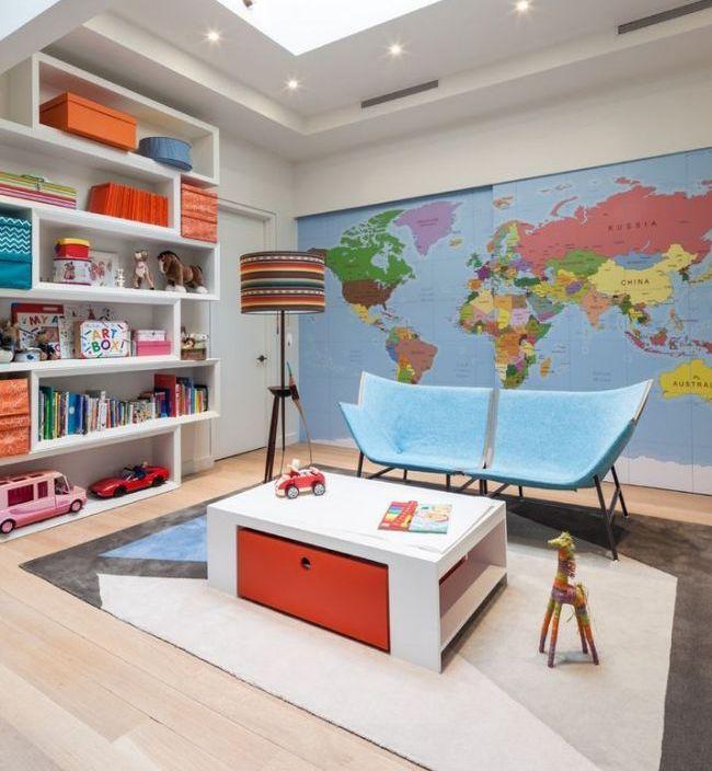 Игровая комната с развивающим элементом - картой мира на дверях шкафа-купе