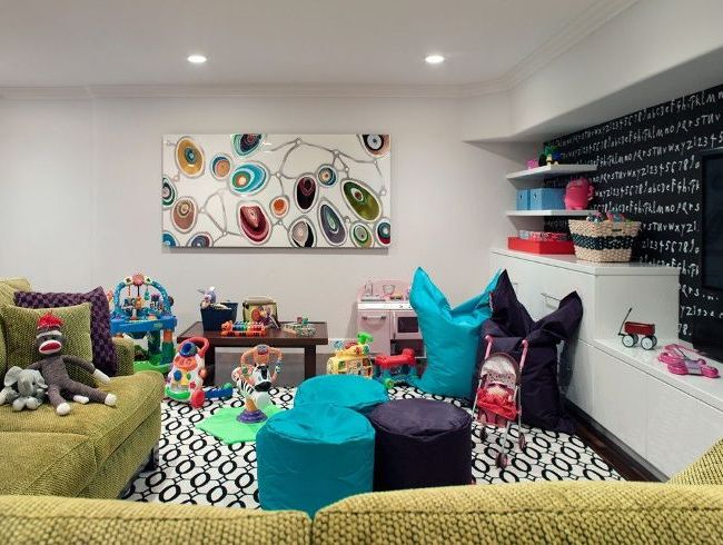 Из мебели для сидения детей лучше отдать предпочтение креслам-мешках и пуфикам