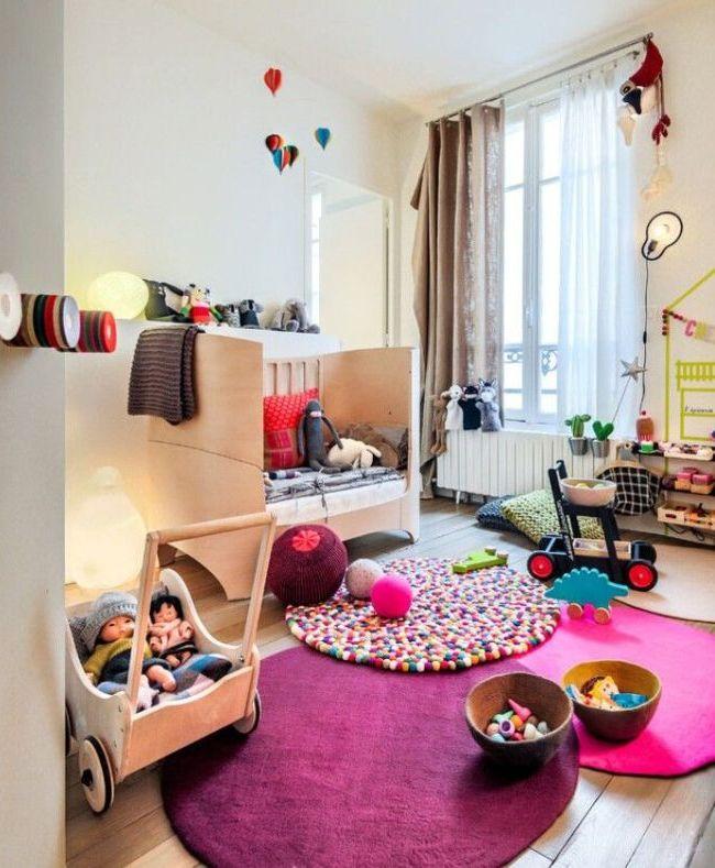 В игровой комнате можно расположить несколько маленьких ковриков, чтобы малыш мог перемещать их по своему усмотрению