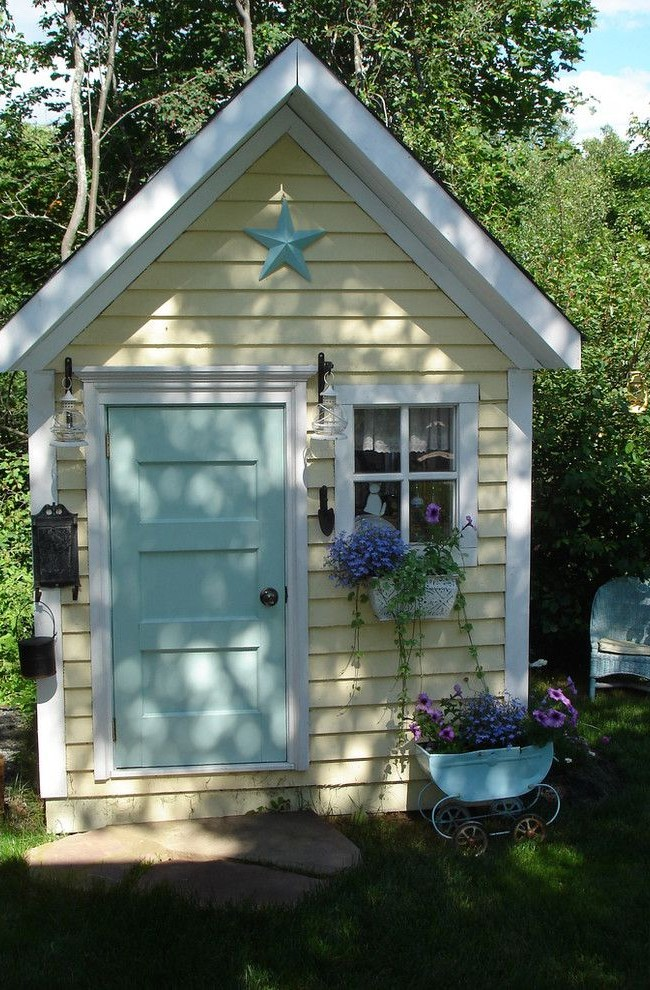 Желто-бежевый домик с голубой дверью