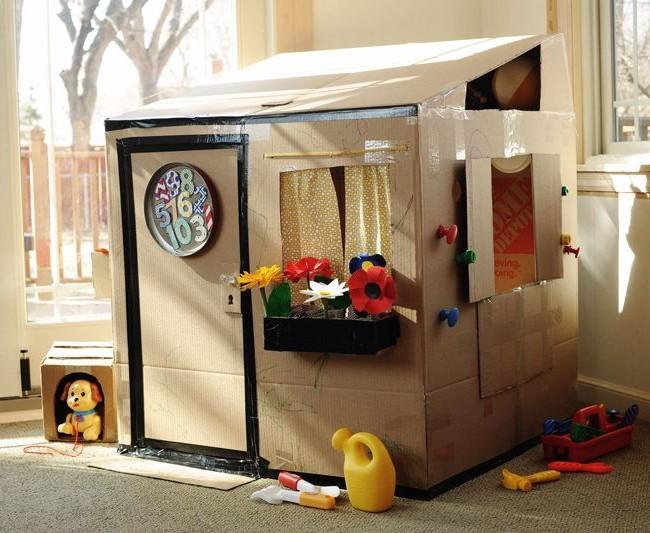 Картонный домик с самодельными цветами на подоконнике