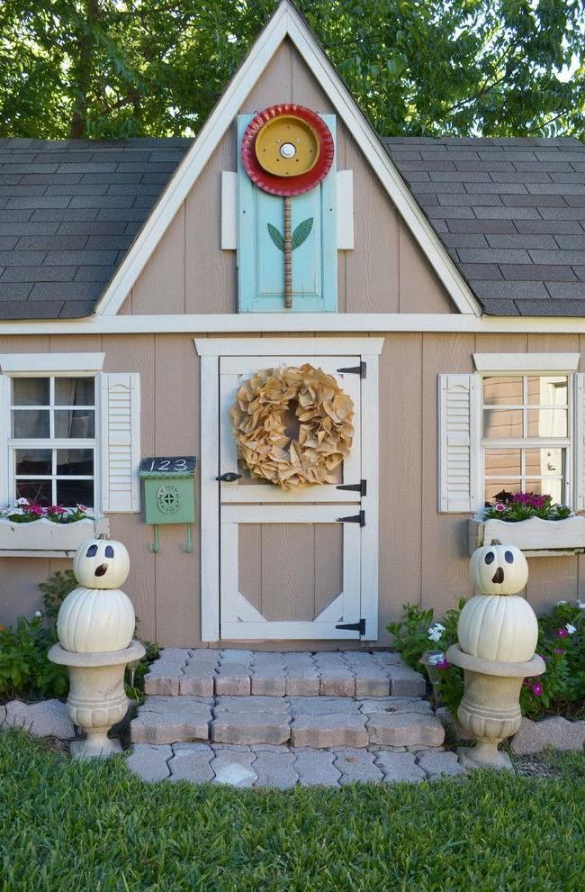 Игровой домик с нумерованным почтовым ящиком и бумажным венком на двери