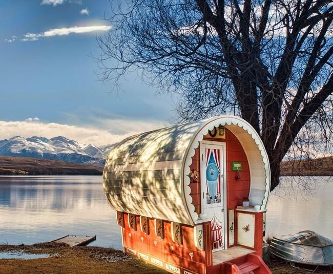 Игровой домик на берегу горного озера