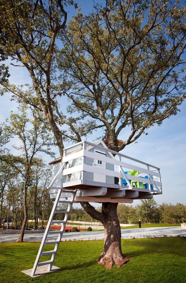Домик на дереве с террасой
