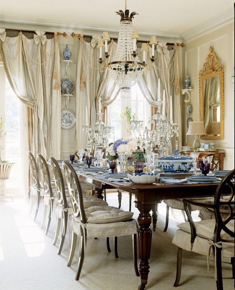 Гостиная комната коттеджа, оформленная в классическом стиле