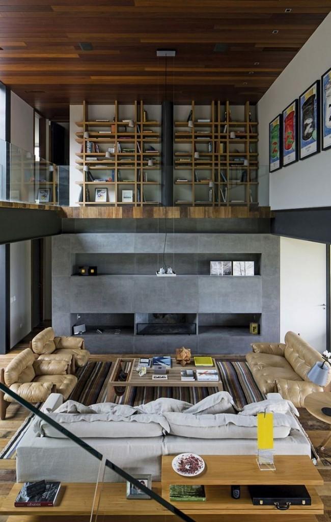 Деревянный потолок и бетонная стена в гостиной в стиле хай-тек