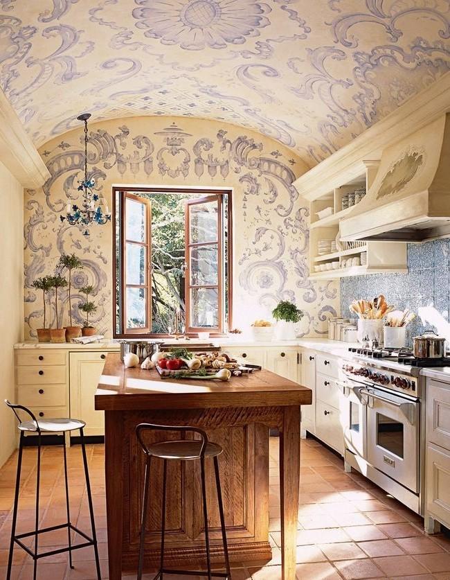 Большая плита и бело-голубой принт на стенах кухни