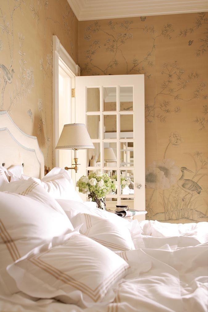 Бежевые обои с цветами и птицами в спальной комнате