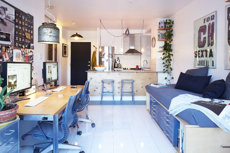 Голубая мебель в светлом интерьере малогабаритной квартиры