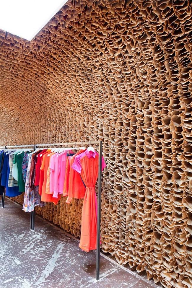 Стены магазина одежды выполнены из бумажных пакетов - они создают необычную текстуру, не отвлекая внимание покупателя от товара