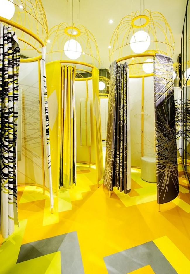 Являясь частью интерьера, примерочная может полностью соответствовать общей дизайнерской концепции магазина