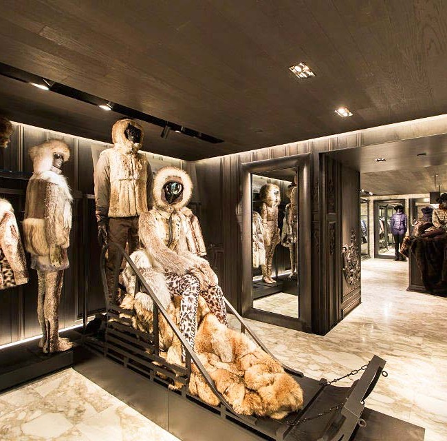 Потолок и стены цвета венге гармонично сочетаются с мраморным полом магазина меховых изделий