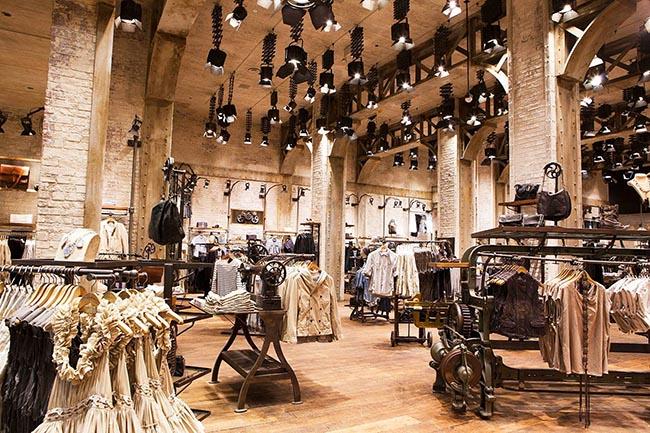Индустриальный стиль магазина одежды подчеркнут гармонично расположенные великолепные споты