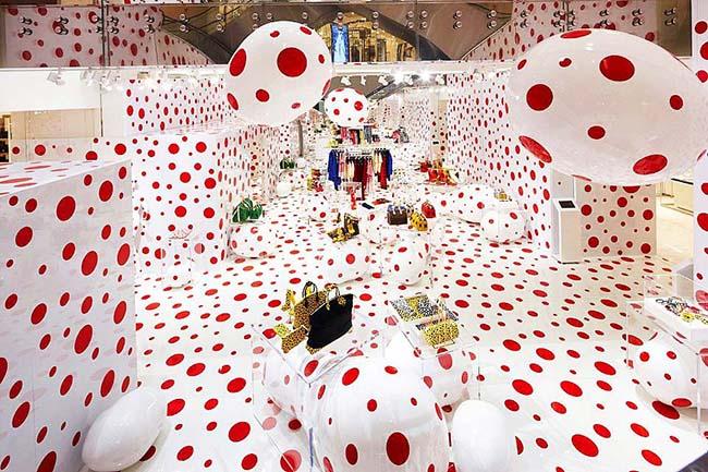 Белый интерьер магазина в красный горошек