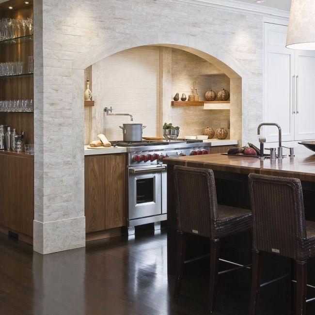 """Кухонная мебель спрятана в арочный проем - настоящий домашний """"очаг"""""""