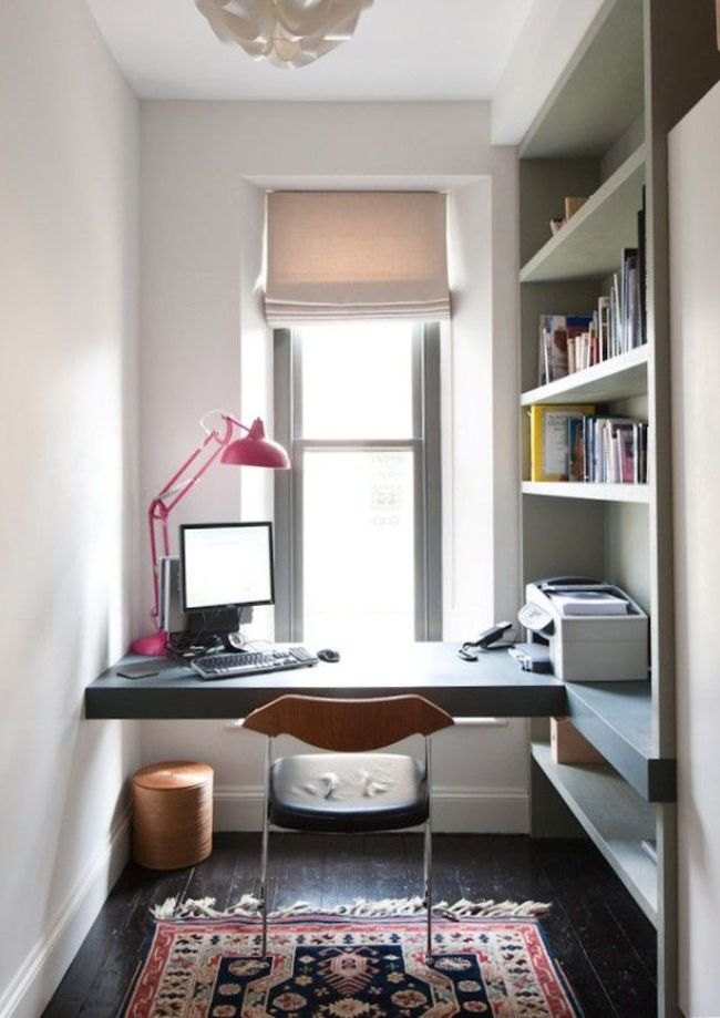 В просторной нише можно обустроить кабинет с полками для книг