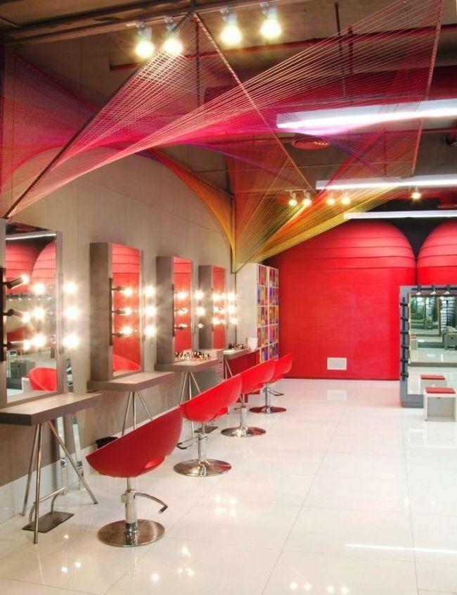 Страстный красный цвет в отделке салона красоты