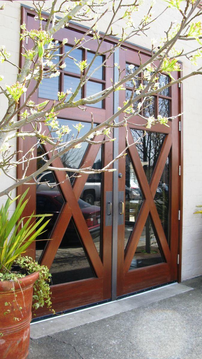 Наружная деревянная дверь с непрозачным стеклом