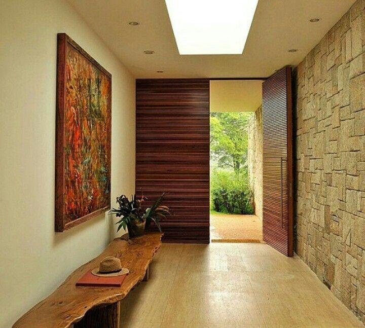 Деревянная входная дверь с поперечным рисунком из разноцветного дерева