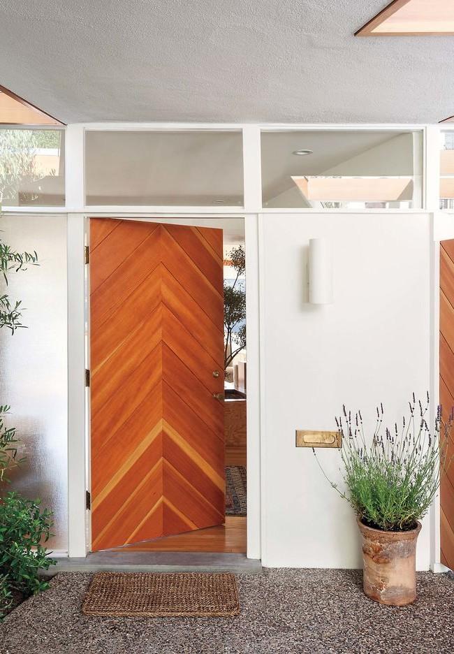Входная деревянная дверь с треугольным узором
