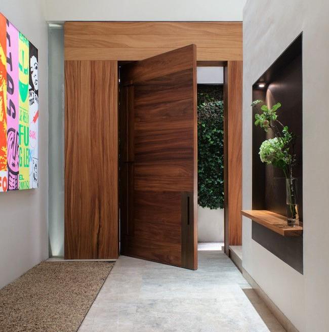Стержневая входная дверь с низкой дверной ручкой