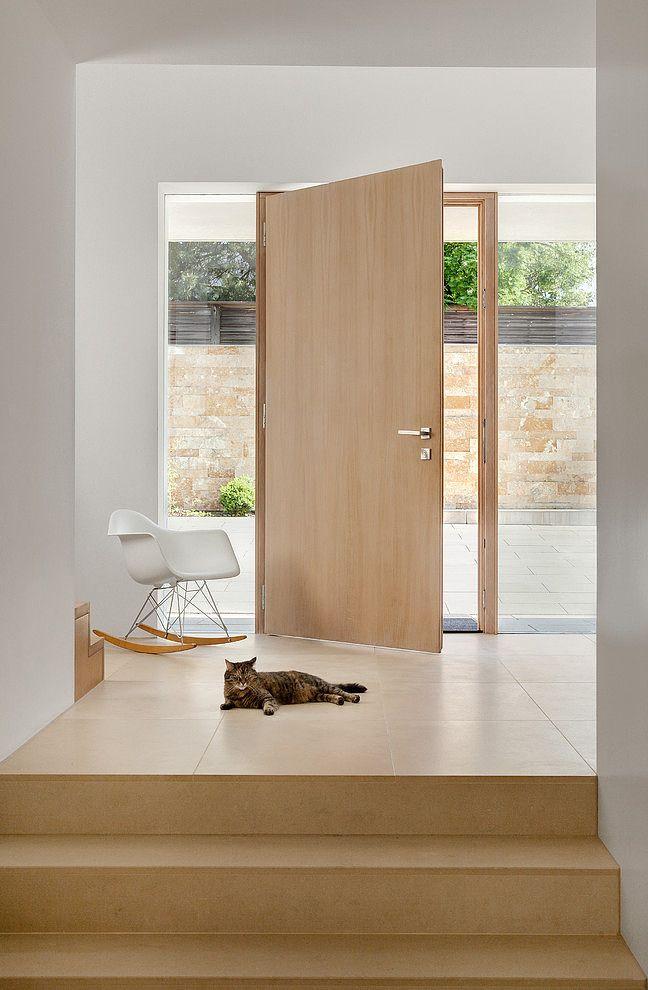 Наружная деревянная дверь из светлого дерева