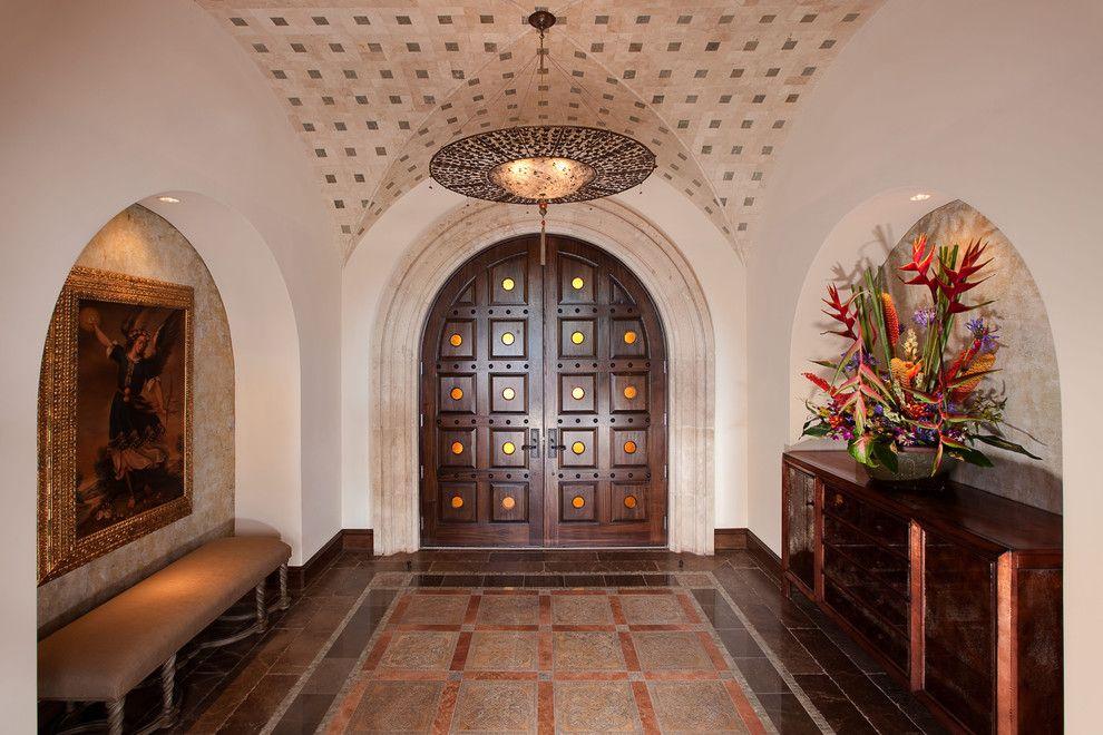 Двойная деревянная дверь с симметричным квадратным узором